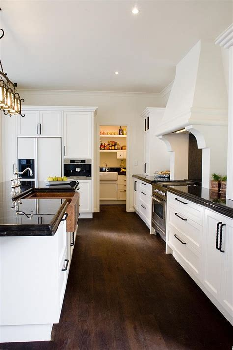 Sparkling Trend: 25 Gorgeous Kitchens with a Bright